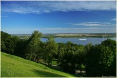 Фото Нижнего Новгорода. Волжский откос. Река Волга. Белый теплоход