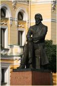 Памятник Добролюбову у Драмтеатра. Фото Нижнего Новгорода. Городской пейзаж
