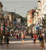 Улица Большая Покровская. Люди идут на работу. Фото Нижнего Новгорода. Городской пейзаж