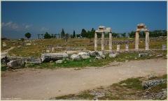 Античные колонны. Фотография входа на территорию Памуккале и Хиераполиса. Турция