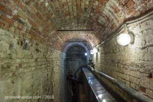 Туннель, ведущий к трубам. Экскурсия в гроты большого каскада