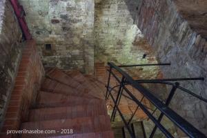 Лестница для спуска на нижний этаж гротов. Петергоф