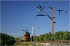 Пассажирский поезд идет по насыпи. Фото железных дорог