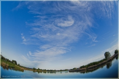 Облачное завихрение. Красивые облака над озером. Фишай