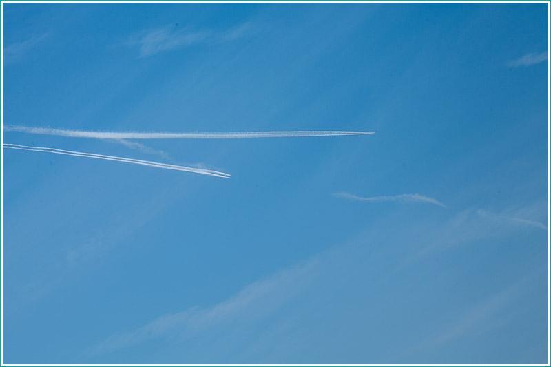 фото следов самолетов в небе