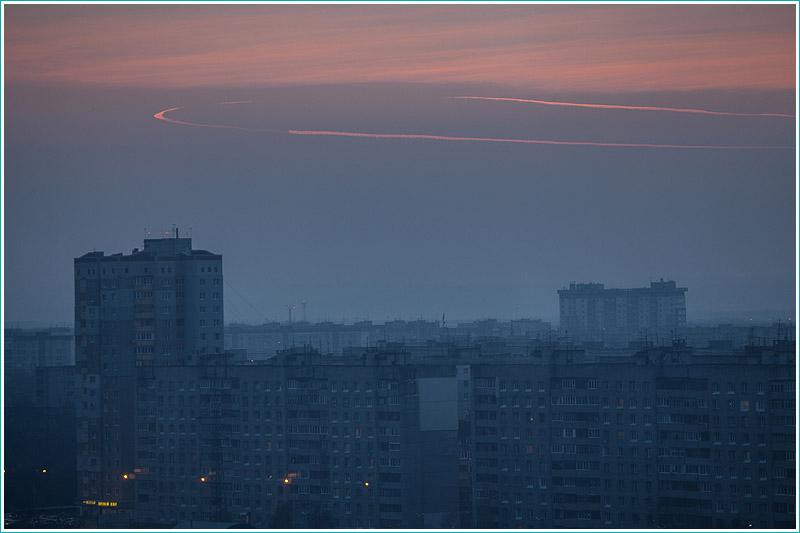 след самолета на вечернем небе. самолет развернулся