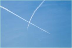 следы самолетов в небе