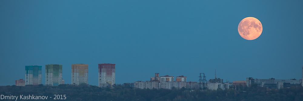 Суперлуние. Восход огромной луны. Фото