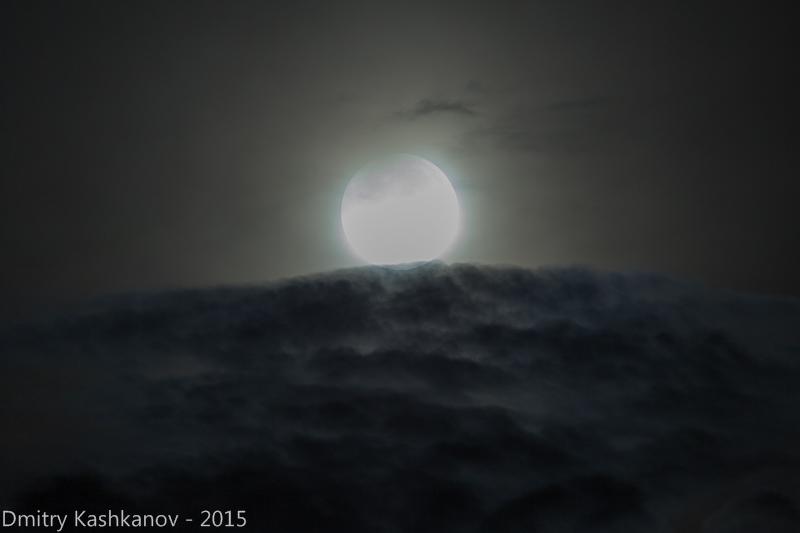 Фото Луны сквозь облака