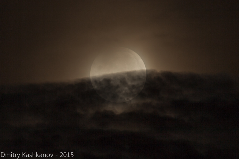фото Луны на фона облаков