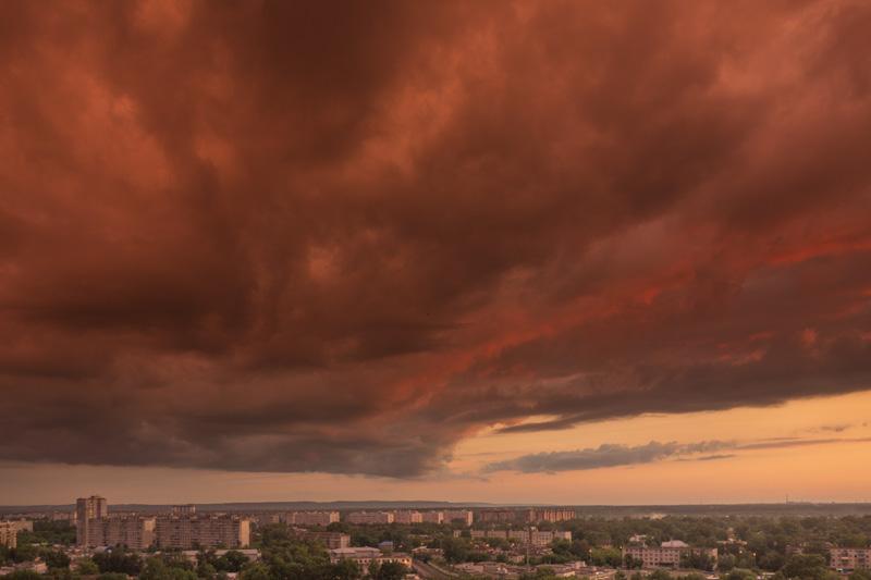 красные тучи после дождя