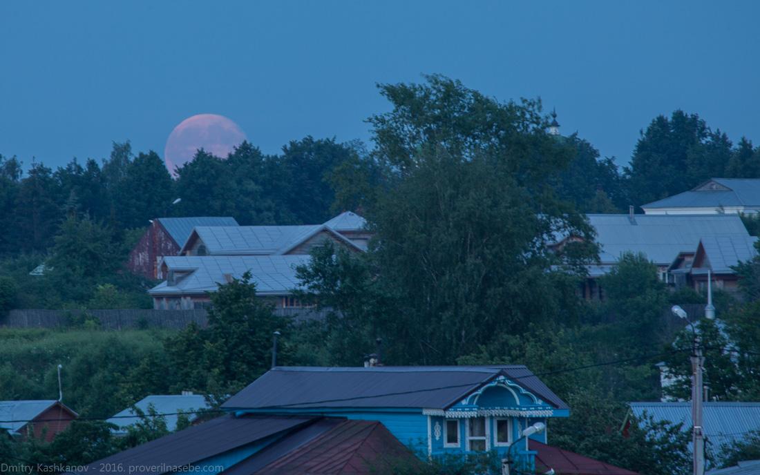 Фотография восходящей Луны