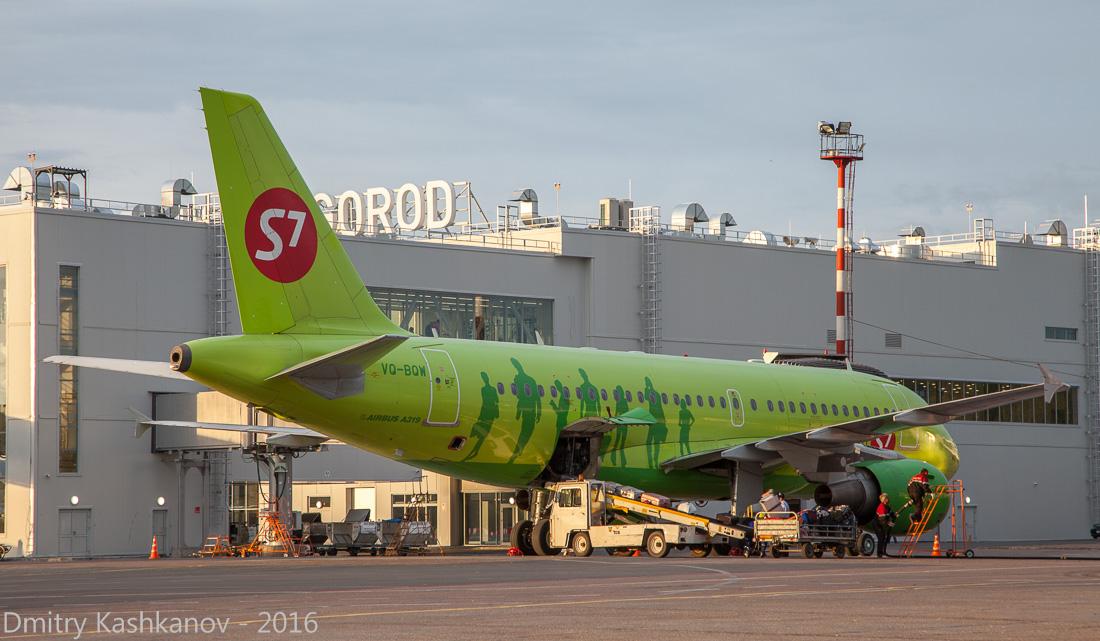 споттинг 2016 в нижегородском аэропорту. Самолет S7 на фоне нового терминала аэропорта Стригино. Фото