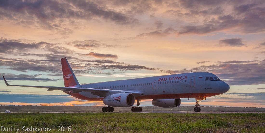 споттинг 2016 в нижегородском аэропорту. Посадка самолета Ту-204 компании Red Wings. Фото