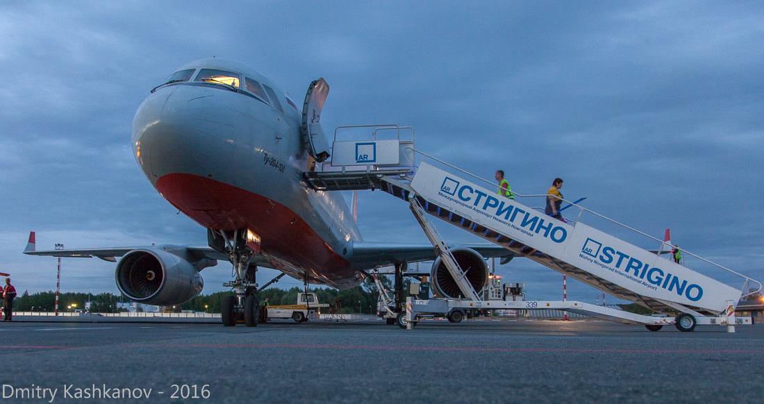 споттинг 2016 в нижегородском аэропорту. Обслуживание самолета на перроне. Ночной аэропорт. Фото
