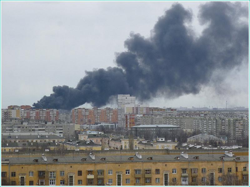 фотография пожара. черный дым